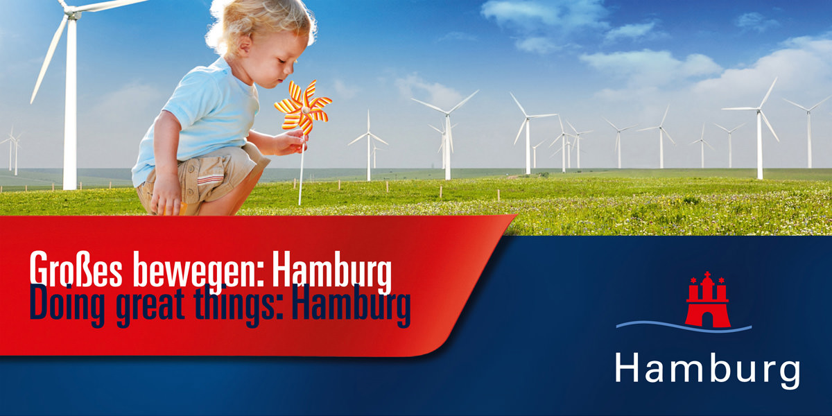 Plakat: Riesiges Kind steckt Windrad in die Erde. Großes bewegen: Hamburg. Hamburg Marketing